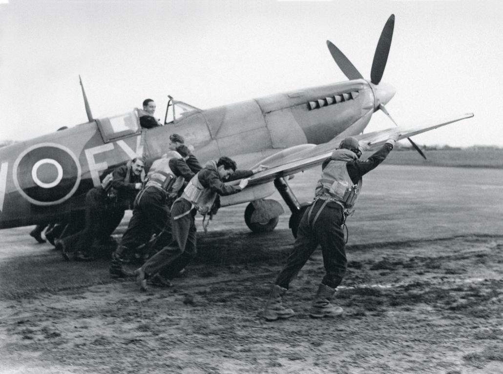 UNDATIERTES HANDOUT - An improved Spitfire is pushed onto the runway by a group of pilots from the squadron (January 1944). (PHOTOPRESS/IWC)