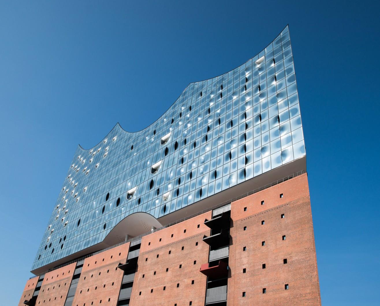 Glasfassade und Backstein