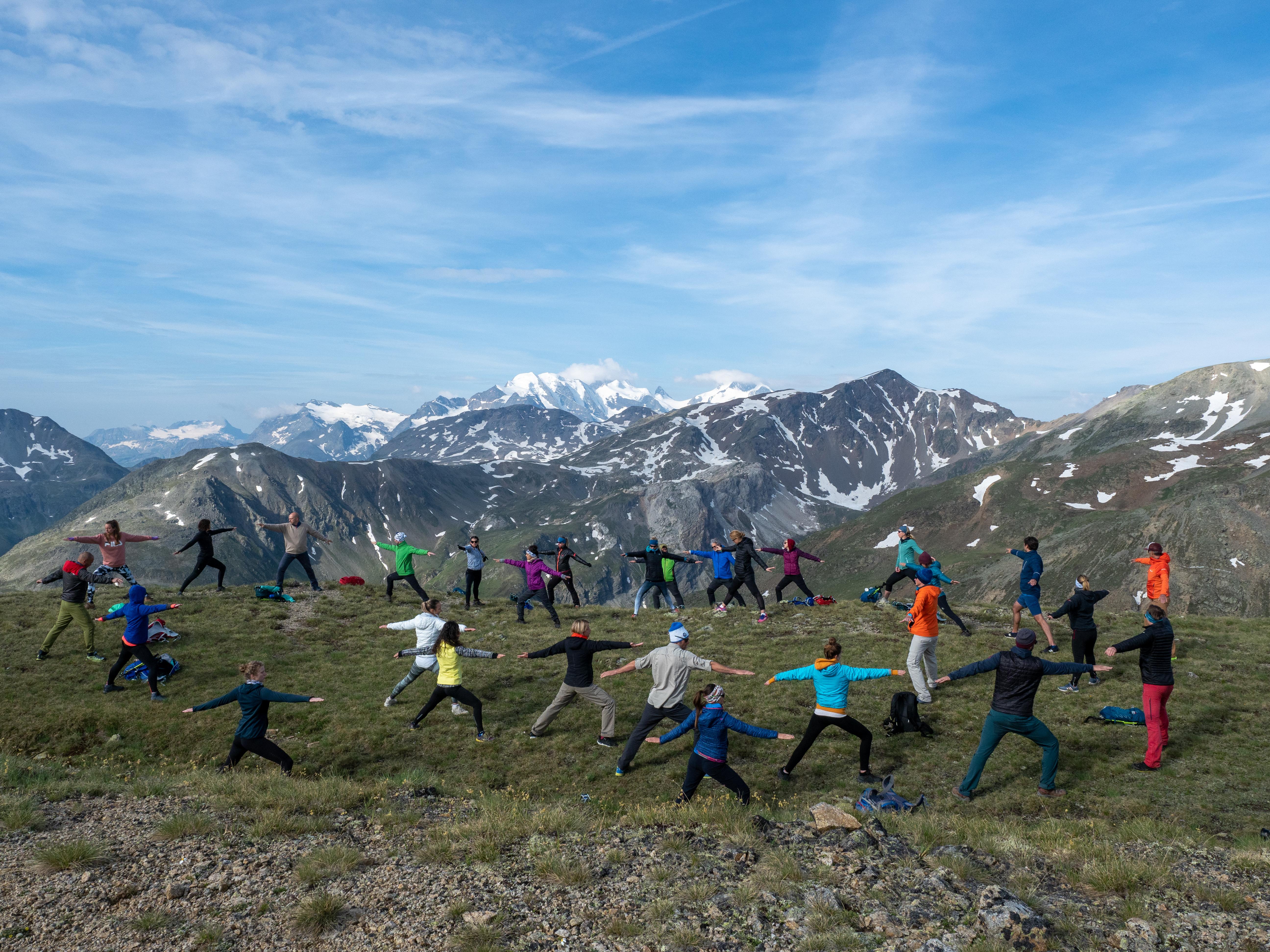 Yoga mit dem Ausblick auf den Bianco-Rücken, Livigno-Gipfel und der Piz Paradisino 3302 m ü. M.